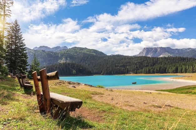 Bankjes bij het zwarte meer in de bergen van montenegro.