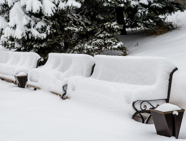 Bankjes onder de sneeuw