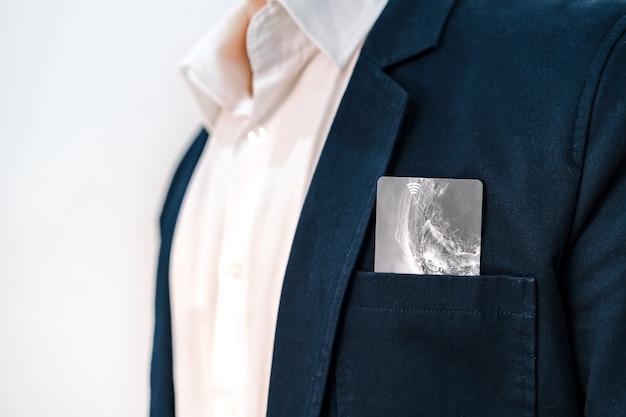 Bankpas of creditcard in de zak van een blauw herenjack