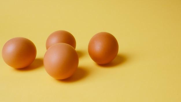 Banner bruine eieren op een gele achtergrond