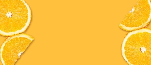 Banner met geïsoleerde sinaasappelen op oranje achtergrond. ruimte kopiëren