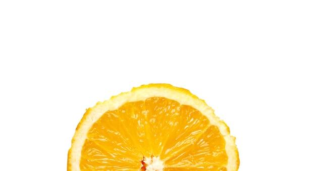 Banner met geïsoleerde sinaasappelen op witte achtergrond. ruimte kopiëren
