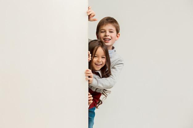 Banner met verraste kinderen die aan de rand gluren