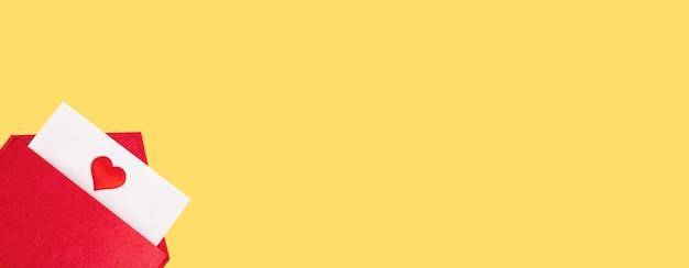 Banner rode open envelop met een vel papier met een hart op een gele achtergrond