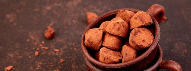 Banner van chocoladesuikergoed truffels in bruine plaat