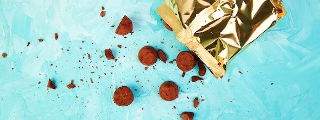 Banner van chocoladesuikergoed truffels vallen uit