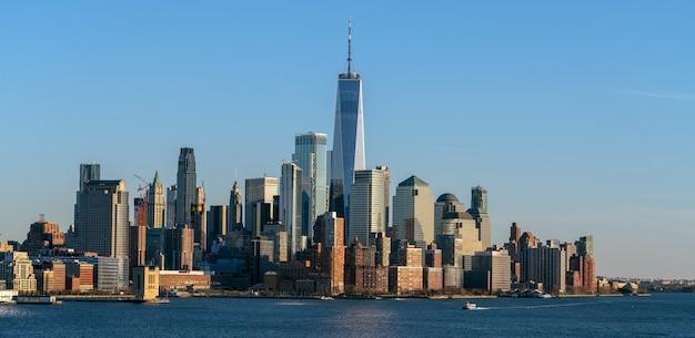 Banner van lower manhattan die een apart deel is van new york stadsgezicht rivierzijde die één wereldhandelscentrum, de vs kan zien, die uit new jersey nemen