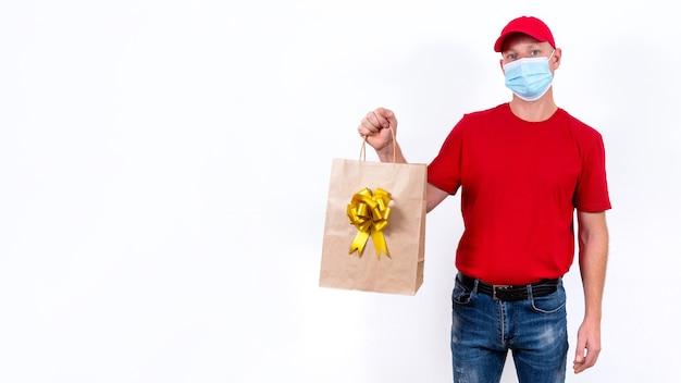 Banner. veilige, contactloze bezorging van vakantiegeschenken op afstand tijdens een coronaviruspandemie.