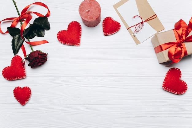 Banner voor valentijnsdag met harten, kaarsen, geschenken, rozen, brief van liefde, sleutel