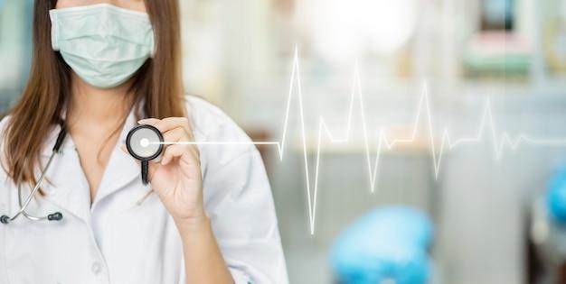 Bannergezondheidszorg en medische behandeling van vrouwelijke arts die stethoscoop gebruiken