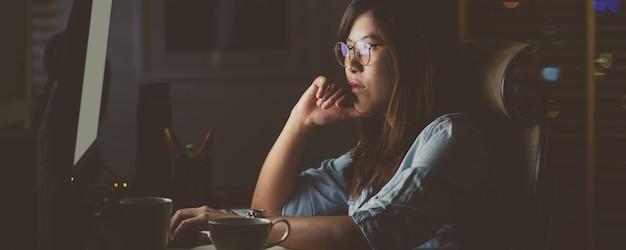 Bannerwebpagina of voorbladsjabloon van aziatische zakenvrouw die hard zit en werkt