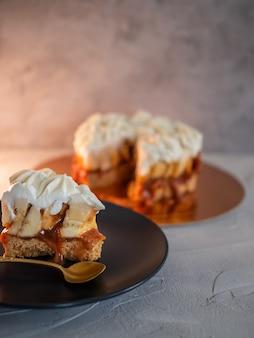 Banoffi cake gemaakt van zandkoekbananen en huisgemaakte karamel