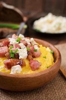 Banosh - oekraïense hutsul-maaltijd (maïspap) met bacon, geknetter en kaas