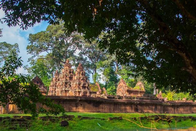 Banteay srei ten noorden van de tempelstad angkor. banteay srei is een van de meest populaire oude tempels in siem reap-gravures op rode zandsteen in cambodja