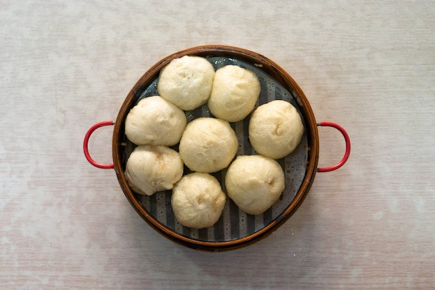 Bao of xiaolongbao in de bamboecontainer stomen als gezond voedsel