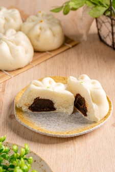 Baozi of bakpao is een soort met gistdesem gevuld broodje in verschillende chinese keukens