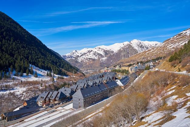 Baqueira dorp in lerida catalonië ski