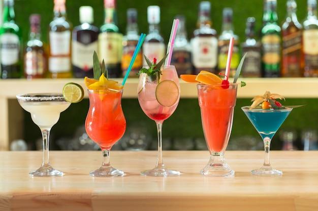 Bar cocktails drankjes selectie veelkleurige zomerdranken
