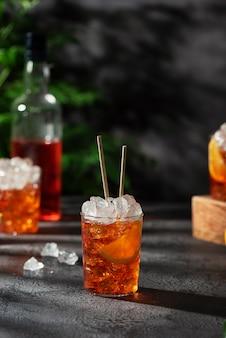 Bar concept. zomer italiaanse cocktail aperol met ijs en sinaasappel, beeld selectieve aandacht