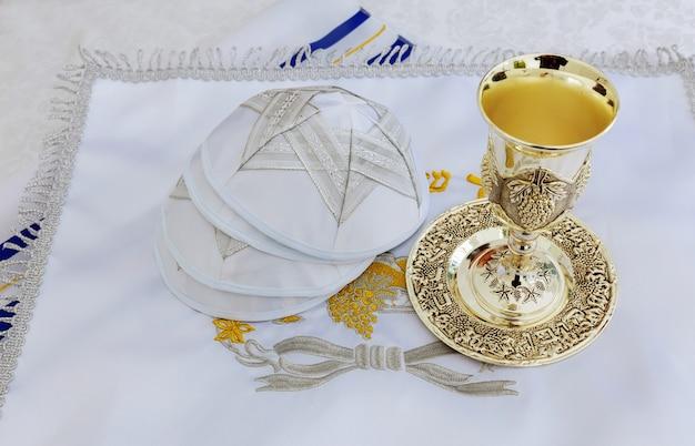 Bar mitswa voorbereiding voor viering gebedsjaal - talliet, joods religieus symbool