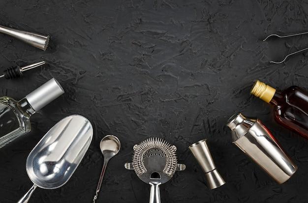 Bar tools op zwarte steen achtergrond.