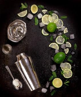 Baraccessoires en ingrediënten voor cocktaildrank limoen, munt, ijs.