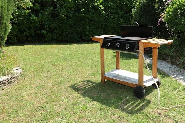Barbecue bakplaat op gas geïnstalleerd in de tuin