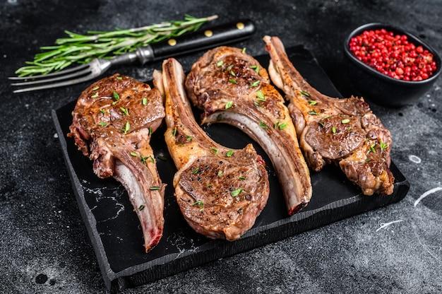 Barbecue gebakken lamskoteletten op een marmeren bord