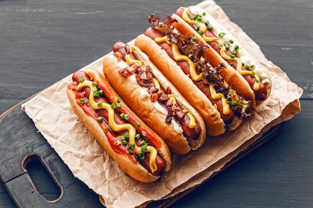 Barbecue gegrilde hotdogs met gele amerikaanse mosterd
