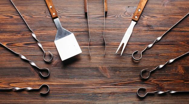 Barbecue gereedschap ingesteld op houten tafel