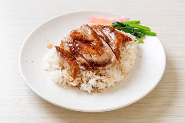 Barbecue geroosterde eend op rijst