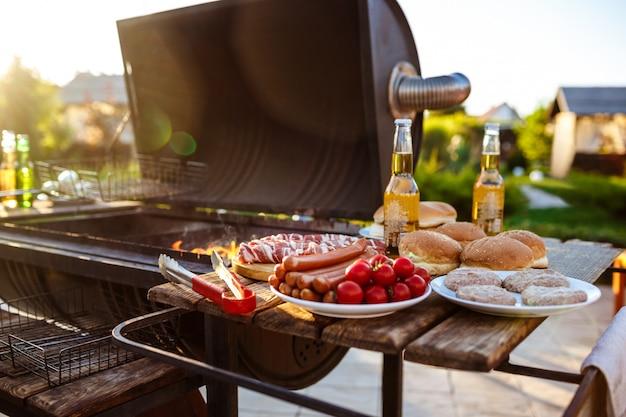 Barbecue grill partij. lekker eten op houten bureau.