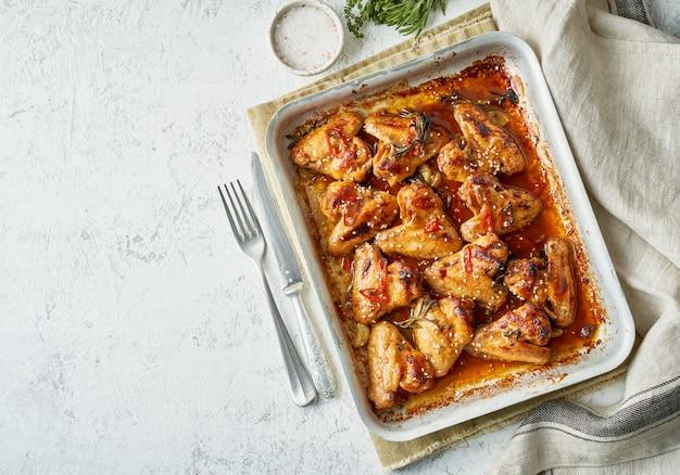 Barbecue kippenvleugels. kleverige aziatische pittige vleugels met teriyaki. gemarineerde kip uit de oven
