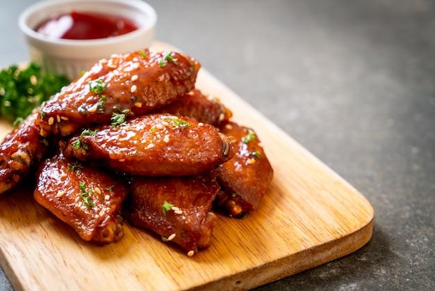 Barbecue kippenvleugels met witte sesam