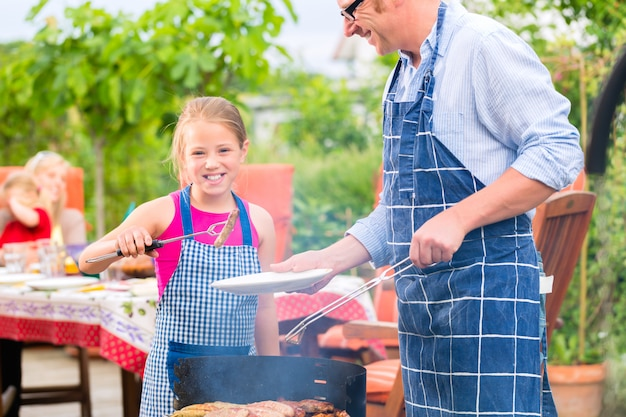 Barbecue met familie in de tuin