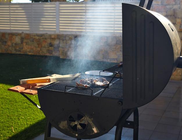 Barbecue met rook zijaanzicht