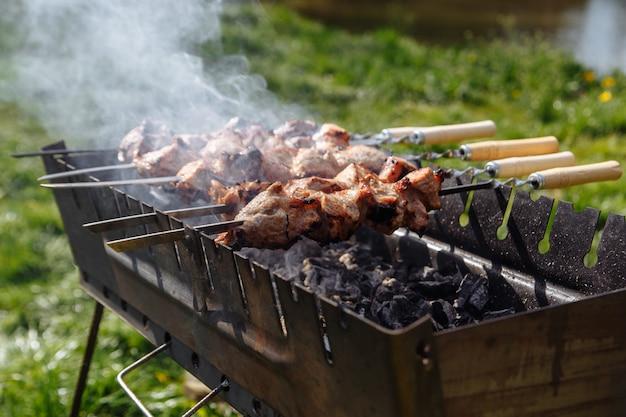 Barbecue op de grill koperslager in het naaldbos.