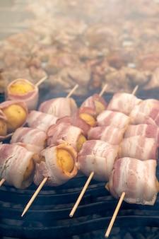 Barbecue op de kolen koken.