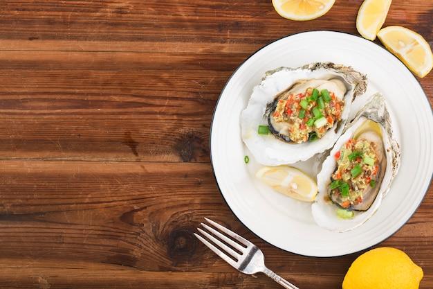 Barbecue overgebakken vers geopende oester met knoflook,