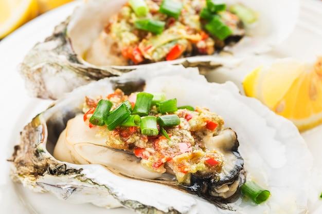 Barbecue overgebakken verse geopende oester met knoflook,