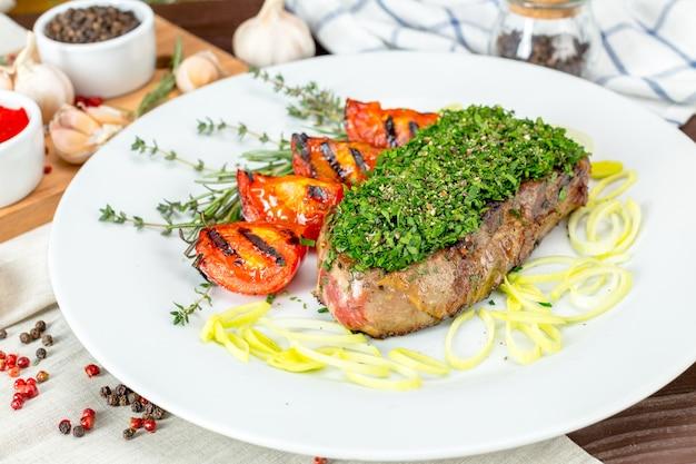 Barbecue steak met chimichurrisaus