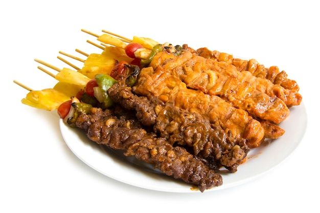 Barbecue stick met sappige grill met bbq saus fusion food style zijaanzicht