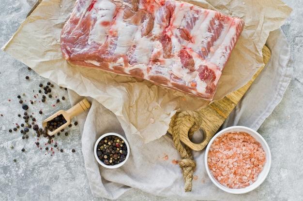 Barbecue varkensvlees ribben op houten snijplank.