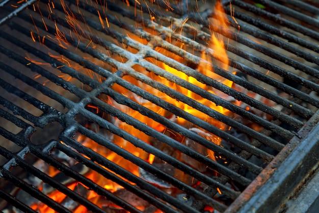 Barbecuegrill, hete kolen en brandende vlammen. je ziet meer bbq, gegrild eten,