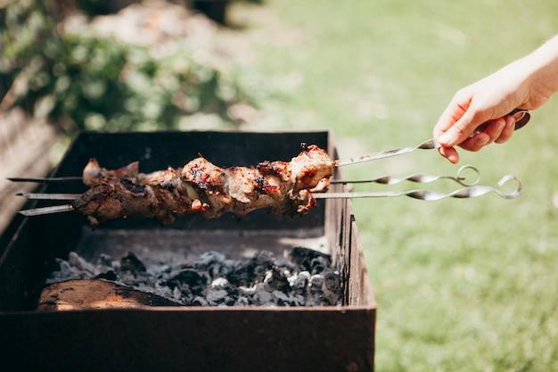 Barbecuespiesjes die zich op de grill klaar maken
