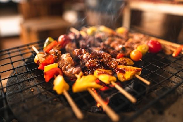 Barbecuespiesjes thuis gegrild op houtskoolgrill