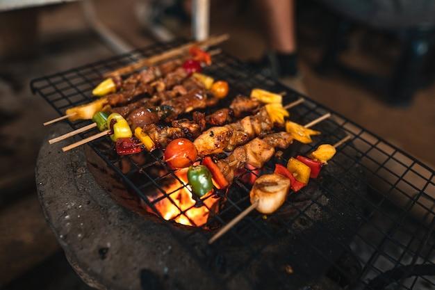 Barbecuespiesjes thuis gegrild op houtskoolgrill Premium Foto