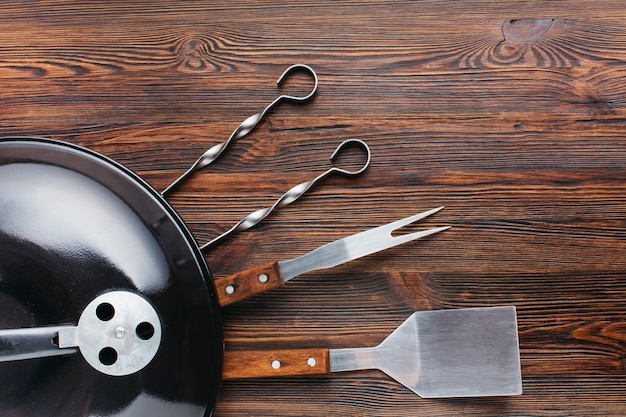 Barbecuetoestel en werktuig op houten geweven