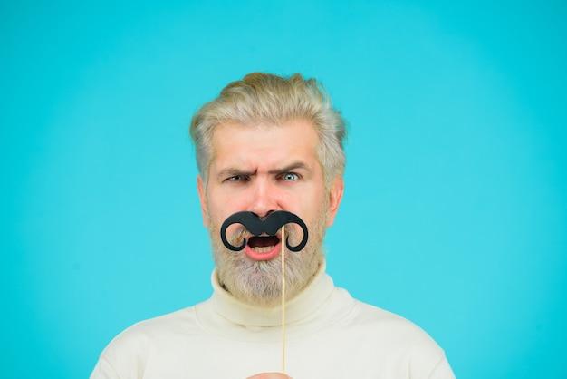Barbershop concept portret van grappige man met snor op stok kapper professionele baardverzorging
