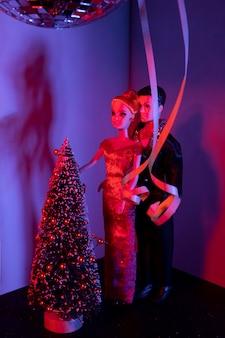 Barbie- en ken-poppen met versierde boom